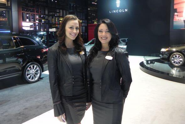 Las chicas posaron para la cámara como representantes de la marca Lincoln.