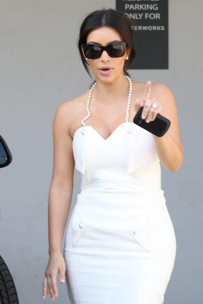 Kim Kardashian apareció así vestidita de blanco. ¡Qu...