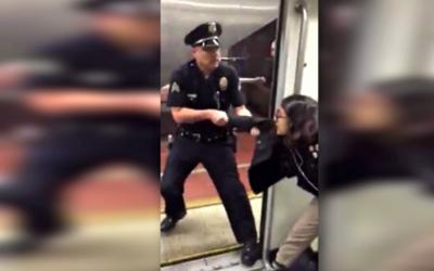 El policía jala del brazo a la pasajera para sacarla del vag&oacu...