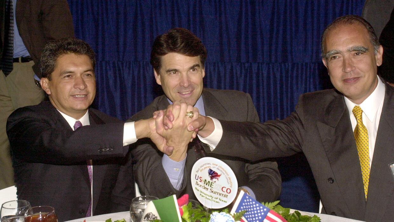 En 2001, el gobernador de Texas, Rick Perry, se reunió con los gobernado...