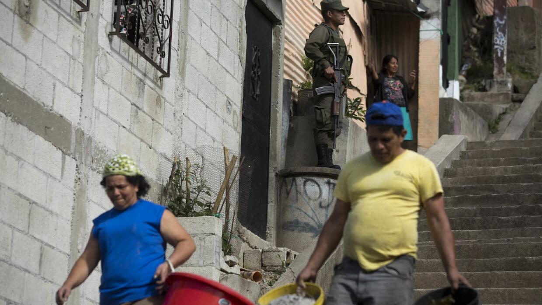 Vecinos cargando cubos vacíos de agua en el barrio de La Comuna 2, en C...