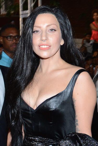 La peluca mal pegada de Lady Gaga fue uno de los peores peinados que le...