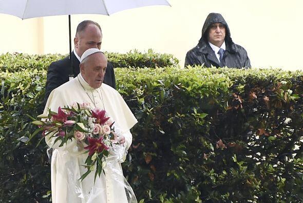 Ahí rezó en solitario frente al monumento, ante el que depositó una ofre...