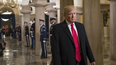 Trump ignora la protesta y miente culpando a los medios de su pelea con...