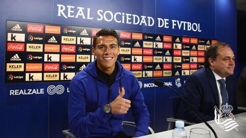 El defensor mexicano en su presentación con la Real Sociedad