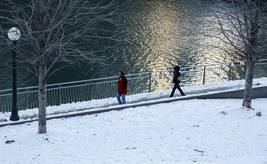 Los peatones caminan por el río Chicago. Las temperaturas frías se sumer...