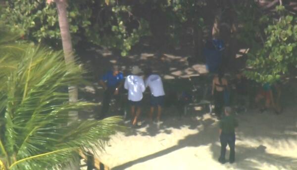 Las autoridades conversan con los tres inmigrantes recién llegados.