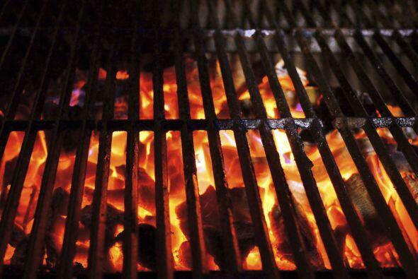 Quemar la grasa. Calienta la parrilla a fuego alto por 15 minutos y lueg...