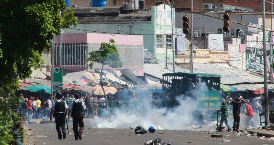 Funcionarios de la policía lanzan bombas lacrimógenas contra manifestant...