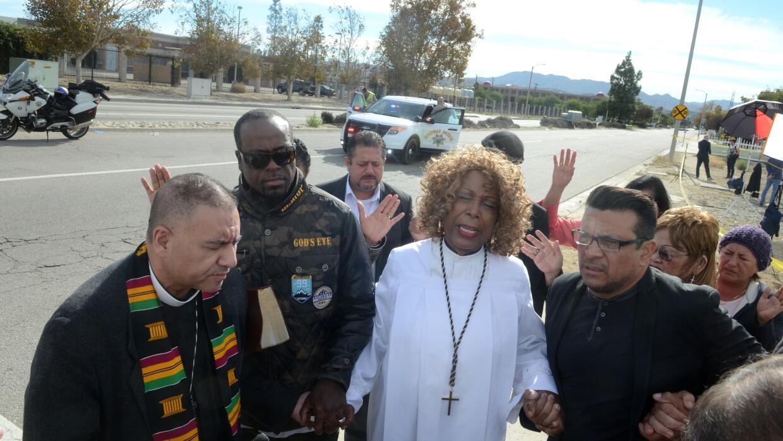 Un grupo local de pastores reza en San Bernardino