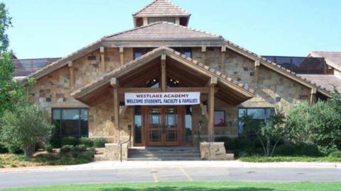 La Academia Westlake es una escuela charter en un poblado adinerado de T...