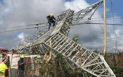 Brigadas de la AEE reparan torres de transmisión de energí...
