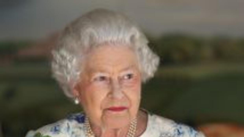 La reina Isabel II de Inglaterra y su heredero, el príncipe Carlos, fusi...