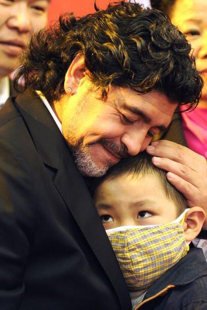 Al final saludó a un niño y lo abrazó muy cariñosamente.