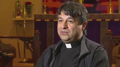 En Canadá, un sacerdote colombiano proporciona transporte, asistencia mé...