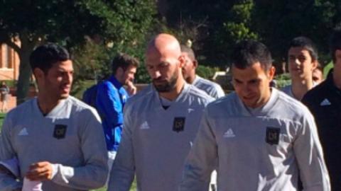 Carlos Vela, Laurent Ciman y Steven Beitashour en la primera prác...