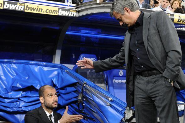 José Mourinho esperó a su colega y rival, Josep Guardiola, a la salida d...