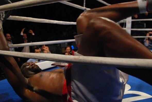 Ray Auston cayó en el quinto asalto por una buena combinación de Solís.