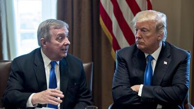 El presidente Donald Trump escucha al senador demócrata por Illinois, Di...