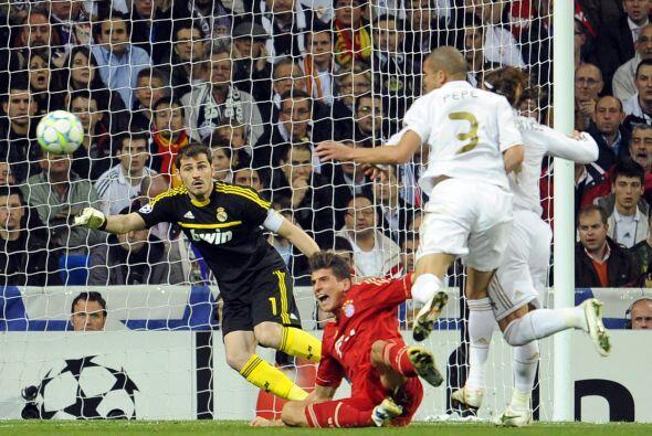 Pero a los 26 minutos, Pepe empujó a Mario Gómez.