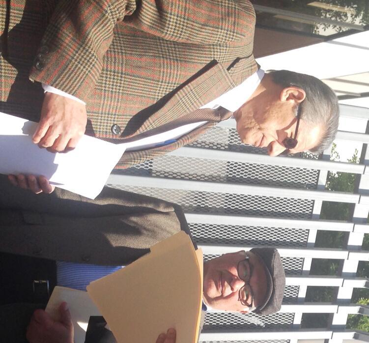 Activistas entregan petición al cónsul de asuntos políticos Mario Pérez.