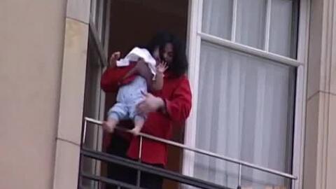 El momento en que Michael Jackson asomó a su hijo por un balcón