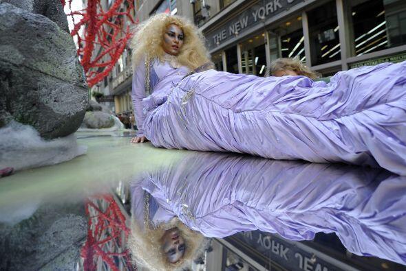 ¡Cuidado! Una sirenita suelta en NY... Ella también desfiló para festeja...