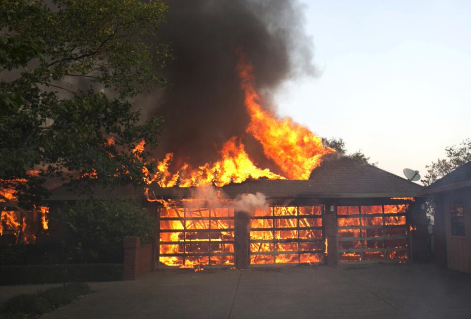 Autoridades luchan contra incendios en el norte de California.