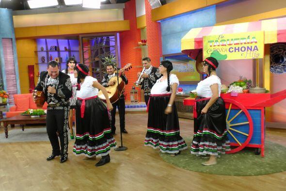 Ni los mariachis se salvaron del mal humor de Doña Chona. ¡Qué bárbara!