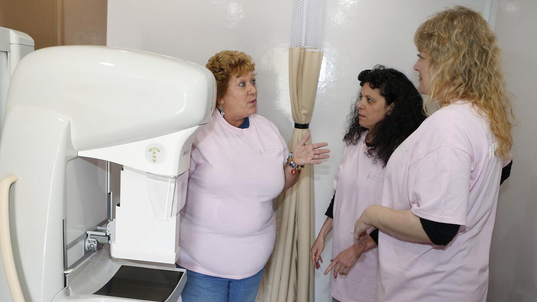 Dos de tres adultos cubiertos por Medicaid son mujeres.