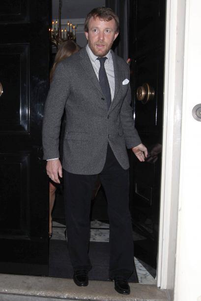 El director de cine Guy Ritchie también fue a brindar con los Beckham. M...