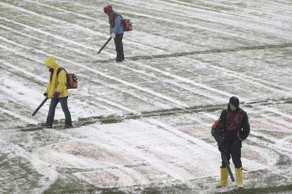 Trabajadores limpian en Nochebuena la nieve en el estadio Soldier Field...