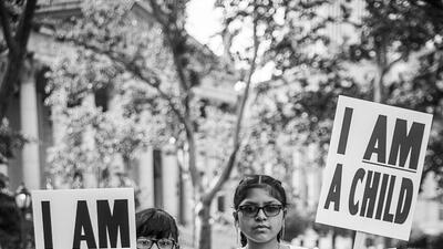 Los pequeños que se quedan sin sus familias en la frontera no son más que niños, esta fotógrafa quiero que nadie lo olvide