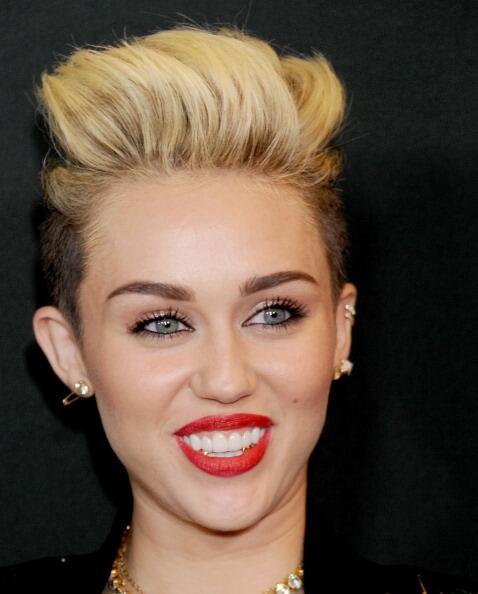 Aunque de manera más discreta, la artista Miley Cyrus también ha utiliza...