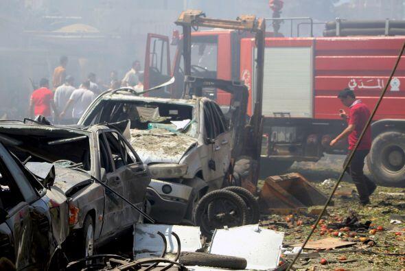 Un ciudadano libanés camina entre los destrozos frente a la mezquita al-...