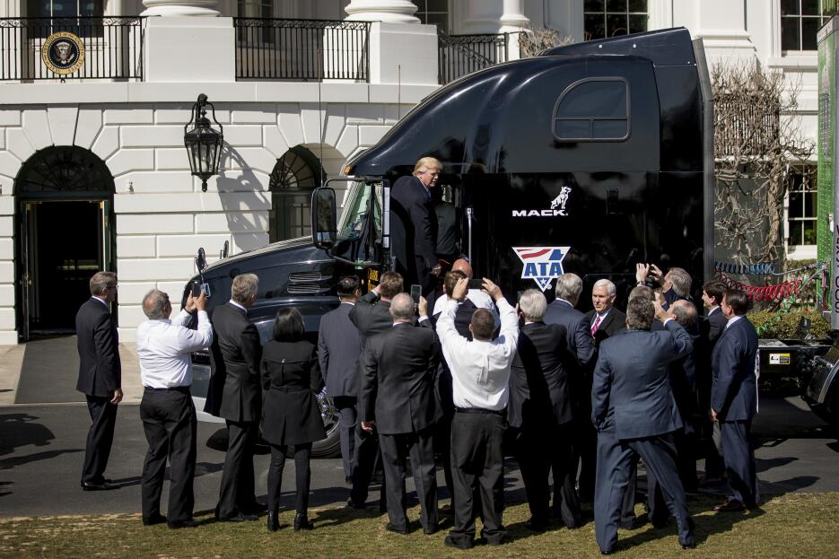 Trump juega con camiones de verdad AP17082726654514.jpg
