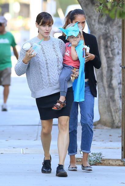 Samuel se pasea por las calles de California con su disfraz hecho en casa.