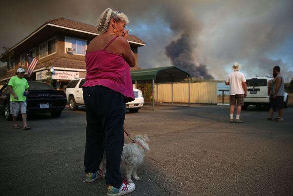 Los residentes de Clearlake observan una gran columna de humo.