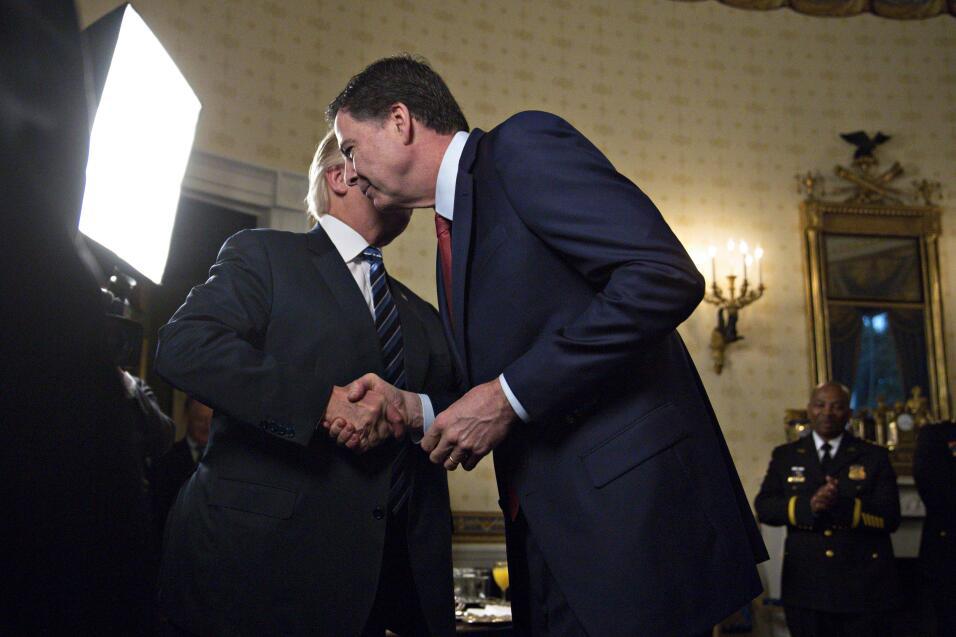 Donald Trump y James Comey durante una recepción el 22 de enero en la Ca...