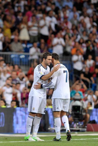 Ronaldo tuvo que dejar la cancha y en su lugar ingresó Gonzalo Hi...