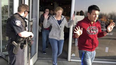 En video: El momento en que se desata una balacera en un centro comercial de Utah