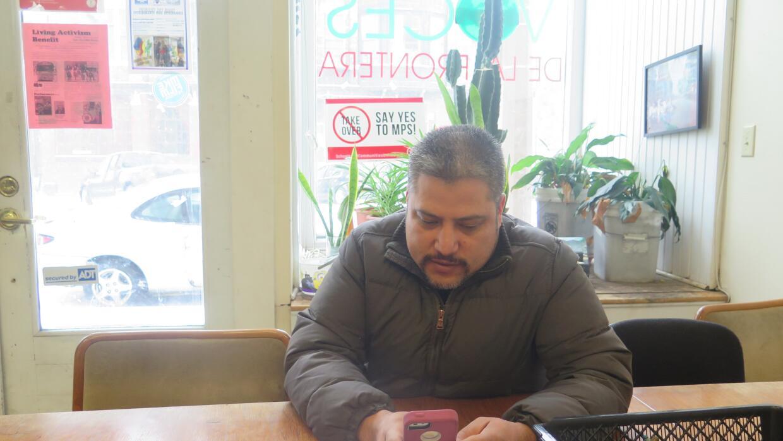 Eduardo Perera, nacido en México, busca las ventajas de una identificación.