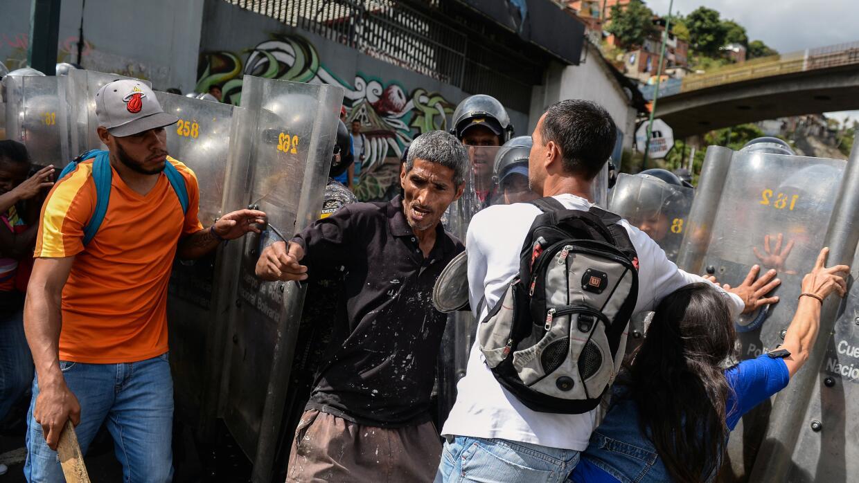 Un grupo de manifestantes confronta a la policía durante una protesta po...