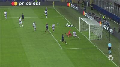 Sánchez casi hace un golazo…en contra: Michel Vorm tuvo que volar para evitar el tanto del Inter