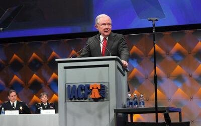 El fiscal general Jeff Sessions habla en una conferencia de jefes de pol...