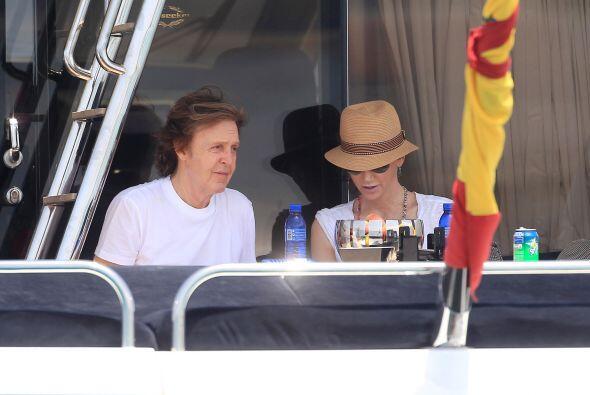 Paul McCartney y Nancy Shevell  llegaron a la isla el  22 de junio.  Mir...