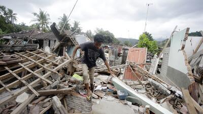 Dos terremotos en una semana y casi 400 muertos: la dura vida de los sobrevivientes en medio del desastre (fotos)