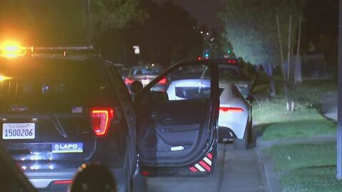 Buscan a dos sospechosos que abordo de un lujoso automóvil abrieron fueg...