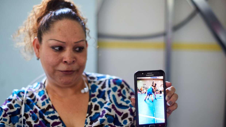 En un refugio para migrantes en Tijuana, Laura Lara Romero muestra un vi...