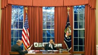 El presidente Barack Obama, junto a su asistente de asuntos legislativos...